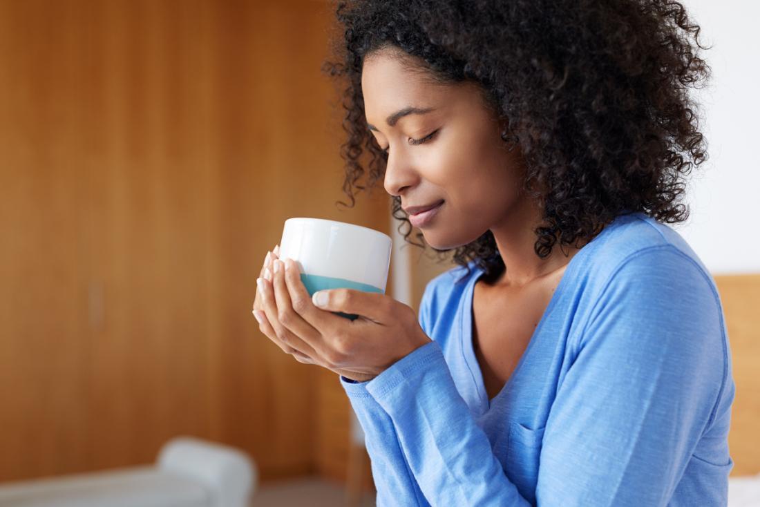 Người phụ nữ với cốc cà phê.