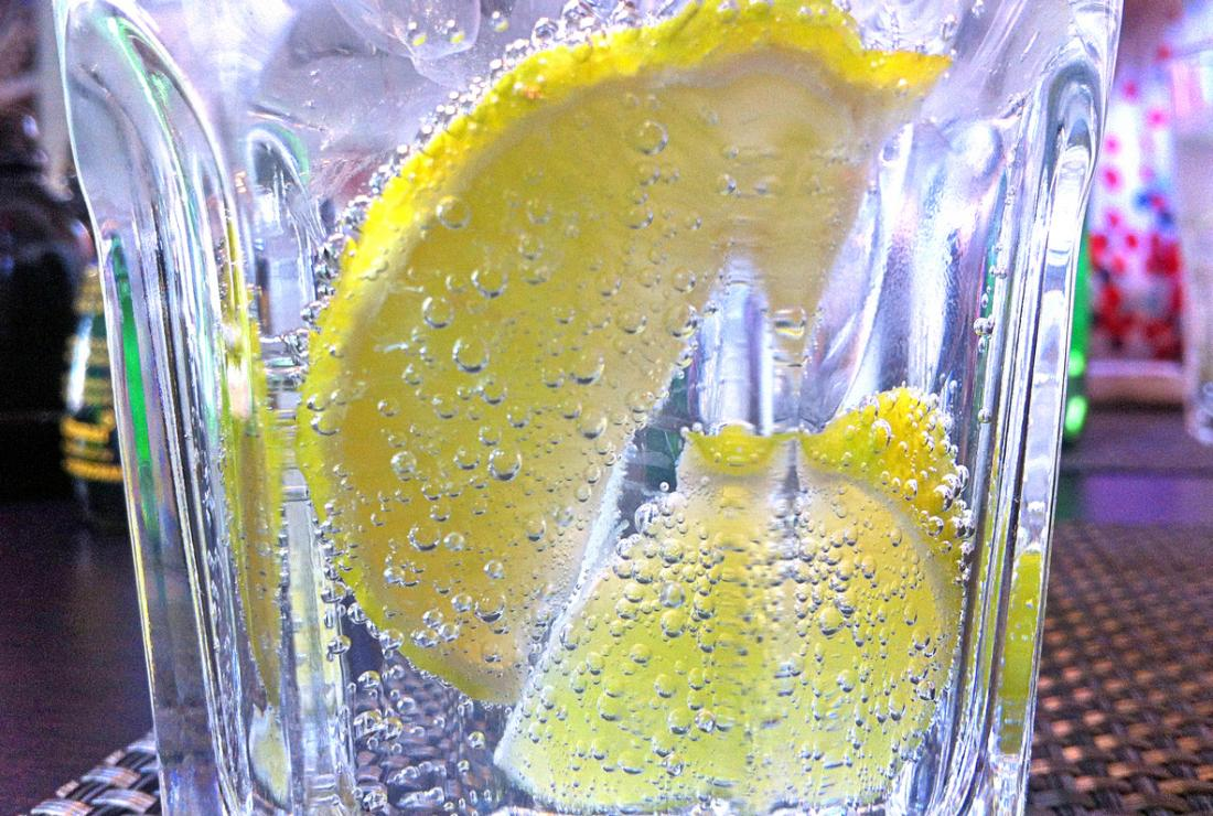 Ly soda có ga hoặc nước có ga với những lát chanh.