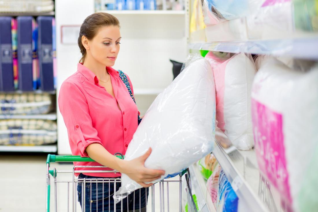 Femme, achat, oreillers, supermarché