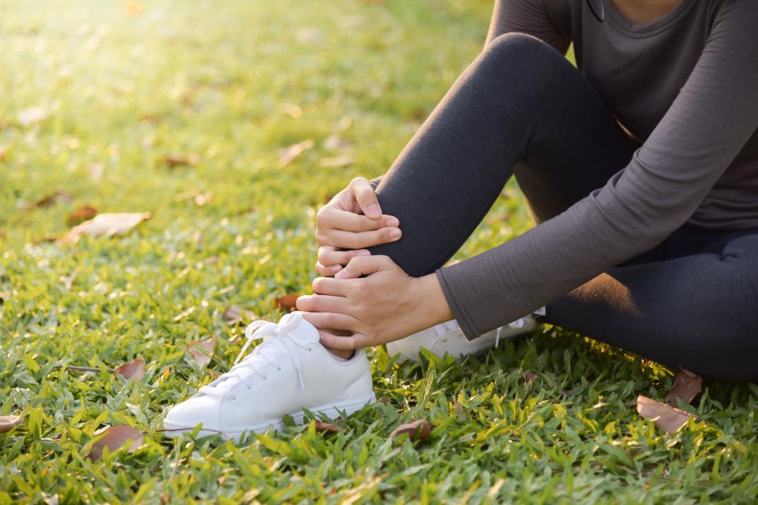 Sprain vs  strain: Symptoms, causes, and treatment