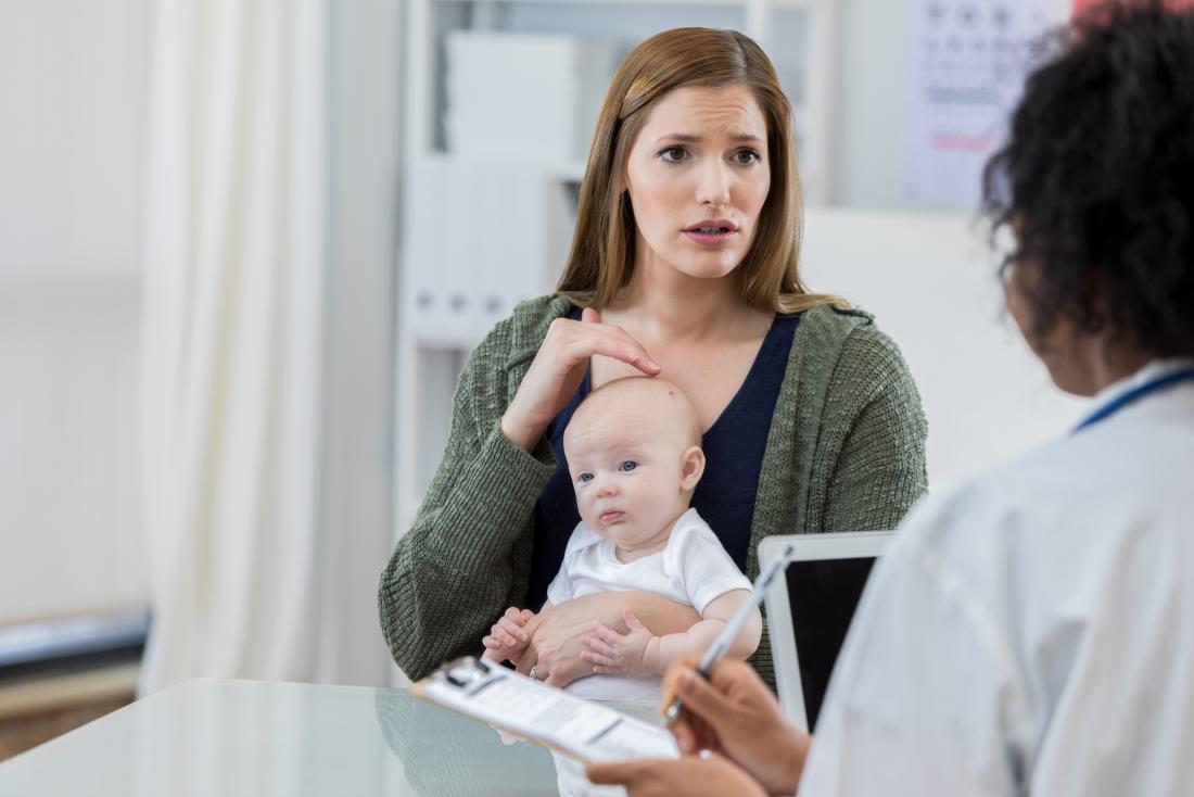 有小婴孩的母亲医生手术