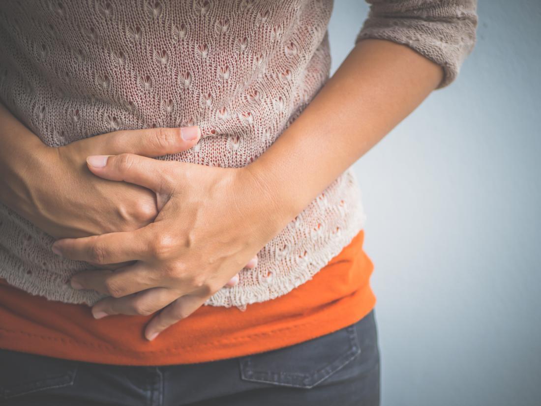 Người phụ nữ giữ dạ dày do viêm dạ dày mãn tính