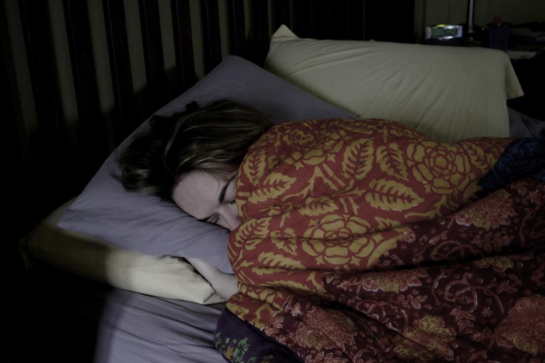 Karanlık ve sessiz bir odada yatmak migren semptomlarını azaltmaya yardımcı olabilir.