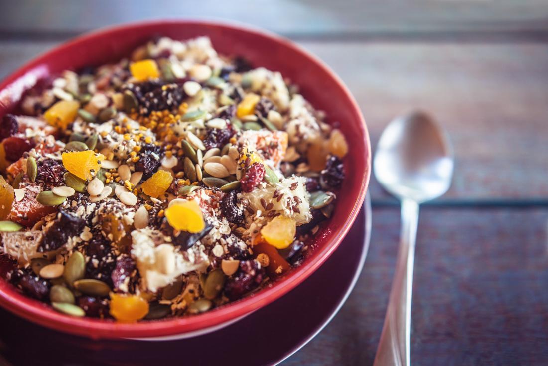 Bữa sáng: granola với chuối, kiwi, xoài, nho khô và dưa. Bữa ăn nhiều chất xơ