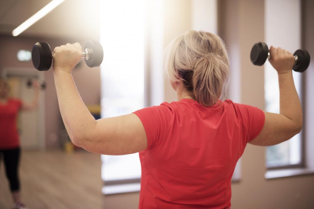 Kadın havai ağırlık kaldırma