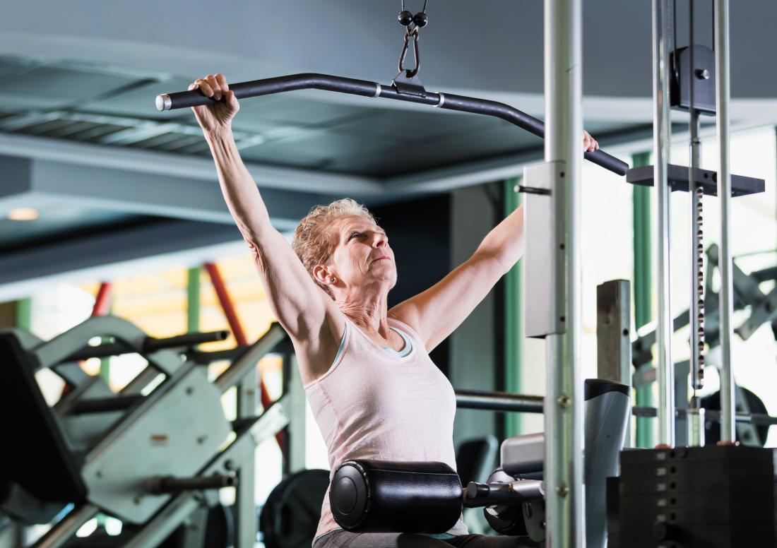 زنی که تمرین قدرت می کند.