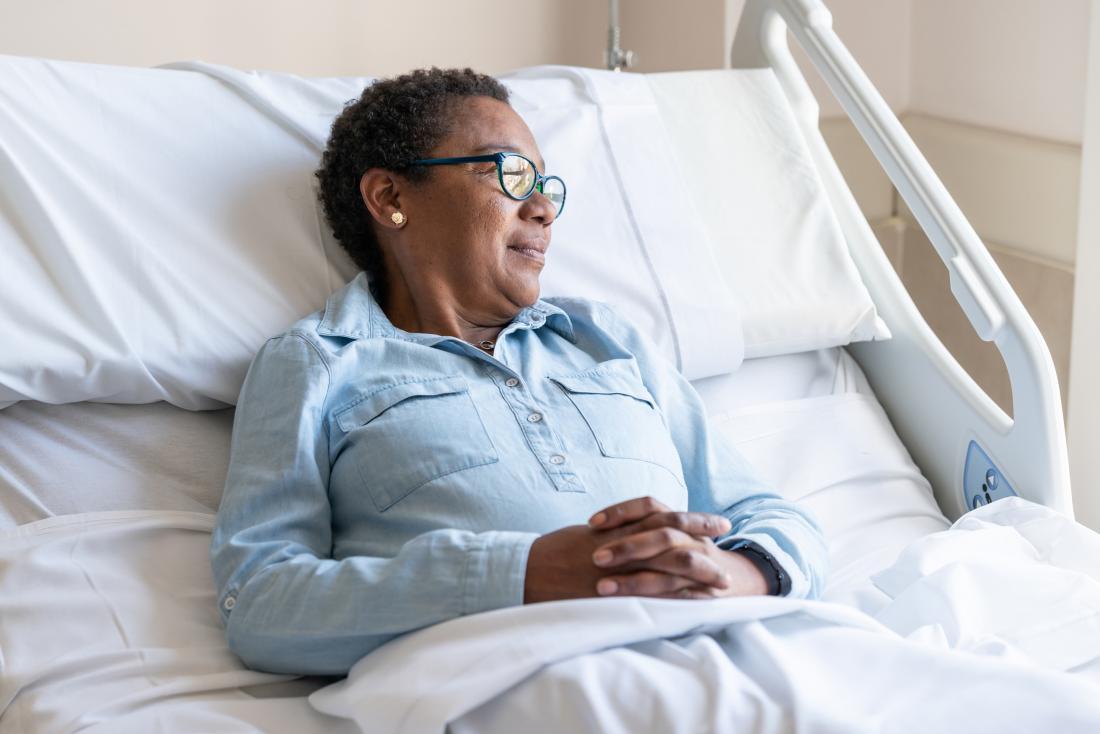 Một phụ nữ lớn tuổi trong bệnh viện đang chờ điều trị ung thư vú.