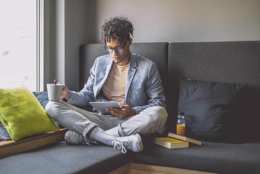 một người đàn ông thư giãn với cà phê và iPad