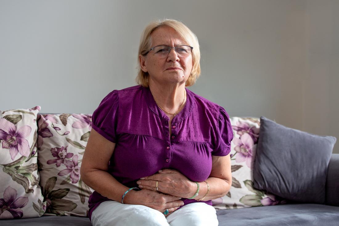Một người phụ nữ trải qua cảm giác nóng rát trong dạ dày