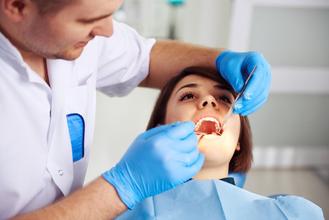 dentist analysing a cracked tooth