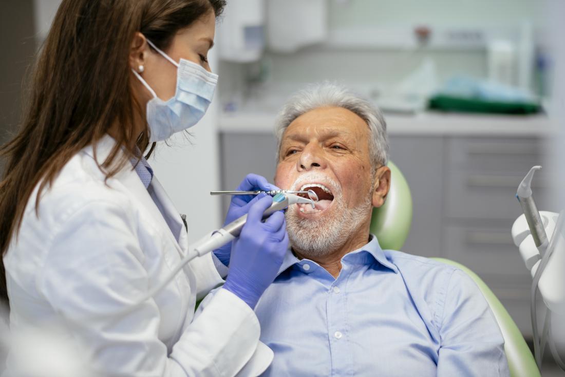 homem sênior no dentista