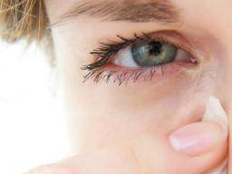 Itchy eyes at night: Home remedies, causes, and avoiding