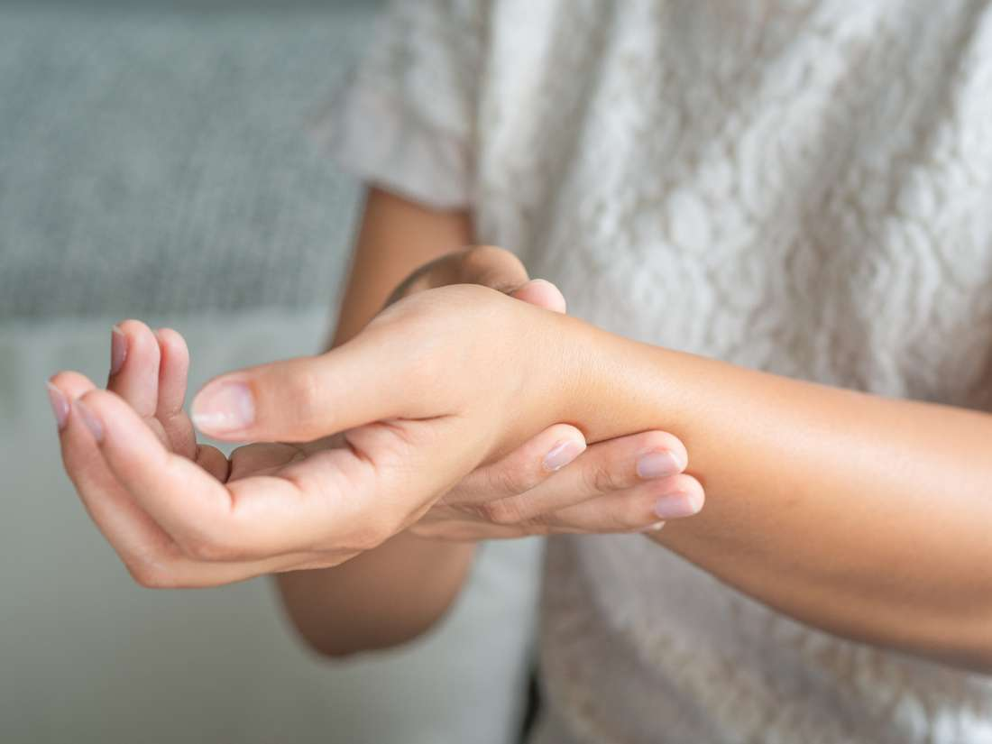 Rheumatoid arthritis swelling: Causes and treatment